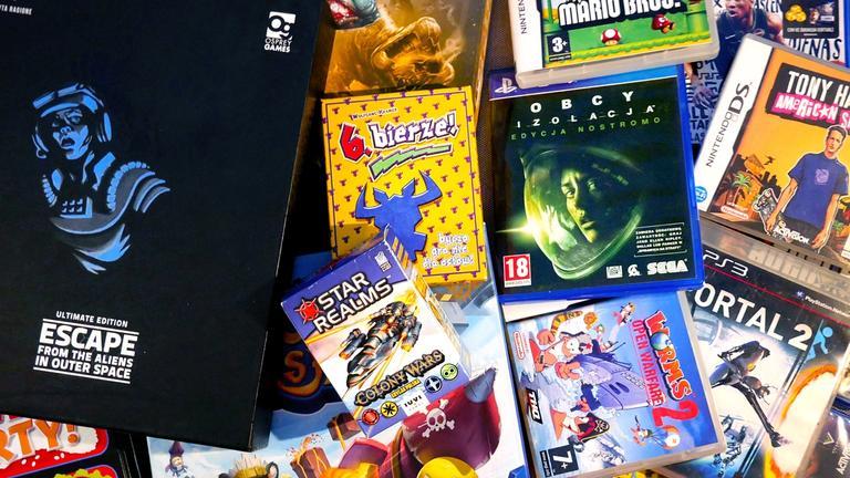 Stos wymieszanych gier planszowych i wideo