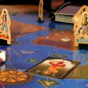 Zbliżenie na planszę i pionki graczy (Tales of the Arabian Nights)