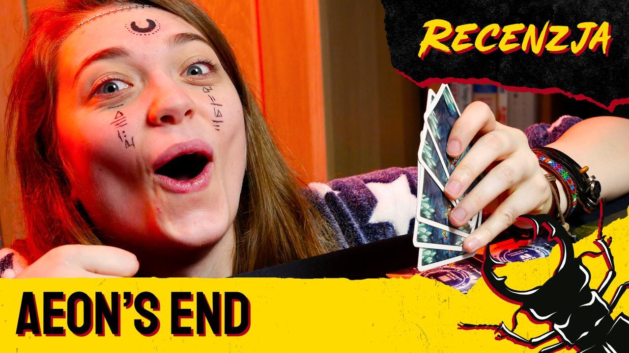 Madzia trzymająca karty do gry Aeon's End