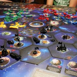 Plansza rozłożona na stole oraz elementy gry (Twilight Imperium: Fourth Edition)