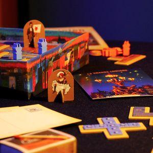Fragment pudełka i elementy gry. (Paryż: Miasto Świateł)