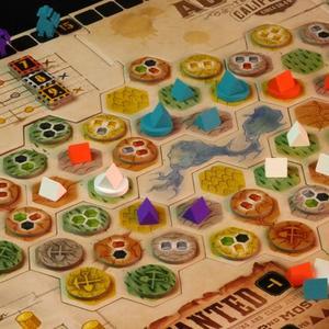 Rozłożona plansza i elementy gry (Gold West)