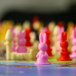 Zbliżenie na różowy pionek stojący na planszy (Królestwo Królików)
