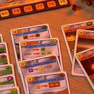 Zielone karty to karty natychmiastowe, które wywołują efekt w momencie zagrania. Karty niebieskie to karty aktywne, czyli takie, które dają trwały efekt lub akcje, z których gracz może korzystać w trakcie gry. Czerwone karty to karty wydarzeń, które po zagraniu dają efekt natychmiastowy i muszą zostać odrzucone na stos kart odrzuconych. (Terraformacja Marsa)