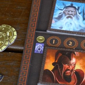 Zbliżenie na płytki bogów (Posejdona i Aresa), monety (złoto) i znaczniki dobrobytu (Cyklady)