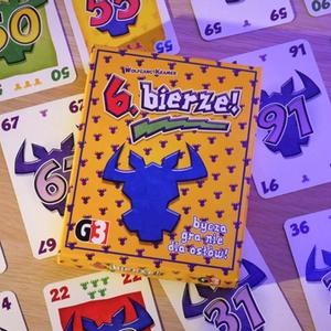 Opakowanie i karty rozłożone w tle (6. bierze!)
