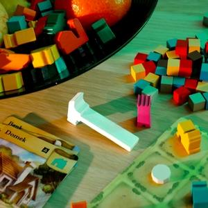 Estetycznie ułożone elementy gry w akompaniamencie martwej natury (Miasteczka)