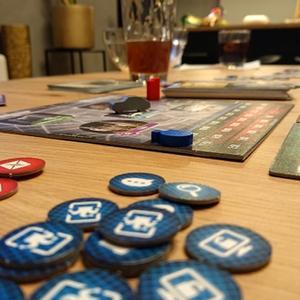 Rozłożona plansza i elementy gry (Detektyw: Kryminalna gra planszowa)