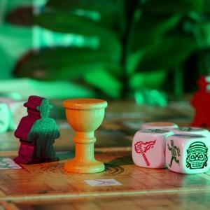 Kostki, pionek gracza oraz inne elementy gry (Ucieczka: Świątynia Zagłady)
