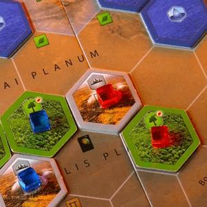 Znaczniki obszarów zieleni i miast należące do niebieskiego i czerwonego gracza oraz (wyżej) znaczniki oceanów. (Terraformacja Marsa)