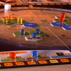 Na planszy rozłożone obszary graczy i oceany. U dołu tytuły, które dają dodatkowe punkty na koniec gry. (Terraformacja Marsa)