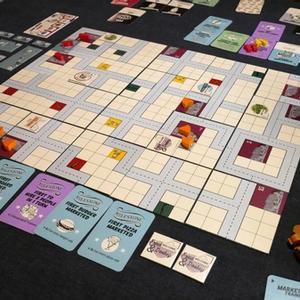 Rozłożona plansza i elementy gry. (Food Chain Magnate)