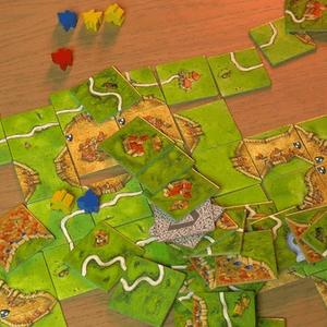 Widok na elementy gry z góry. (Carcassonne)