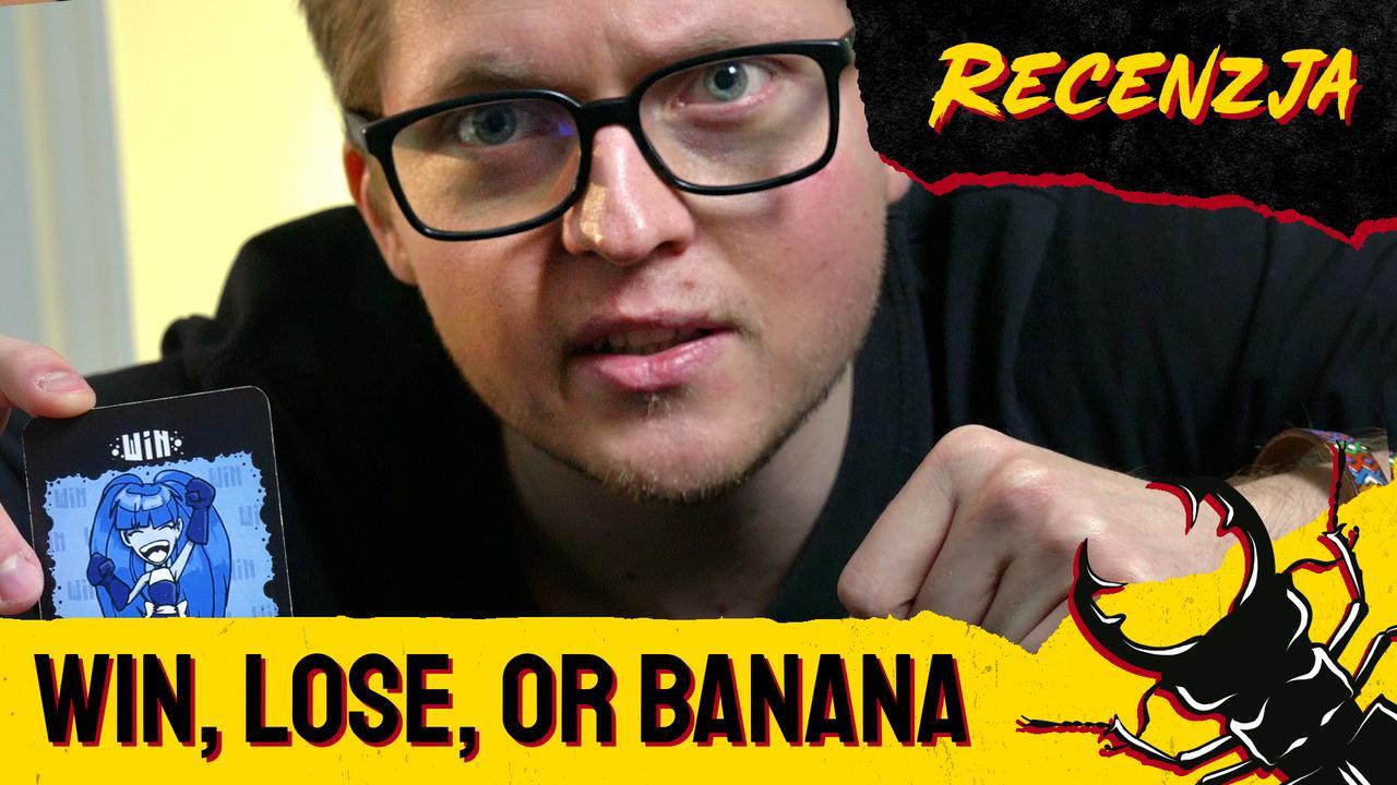 Kamis trzymający jedną z kart do gry Win, Lose, or Banana