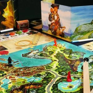 Plansza, zasłonki i cyrkiel używany do zakreślania okręgów na mapie. (Wyspa Skarbów: Złoto Johna Silvera)