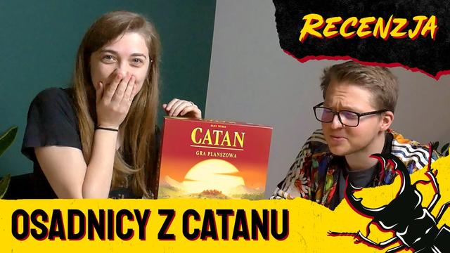 "Madzia i Kamis i pudełko gry ""Catan"""