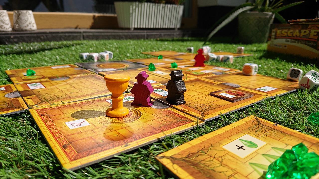 Gra Ucieczka: Świątynia Zagłady rozłożona na trawie