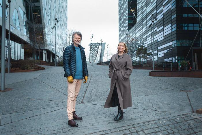 Erling Fossen og Maren Bjerkeng smilende i Bjørvika