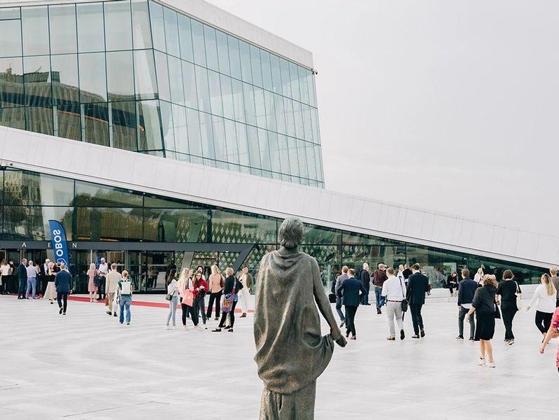 Folk som går inn Operaen på vei til OBOS Boligkonferanse