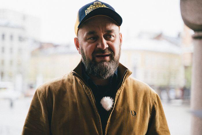 Runar Skjerven Eggesvik snakker om bylivet etter koronaen. Han har på seg en caps og mikrofonmygg.
