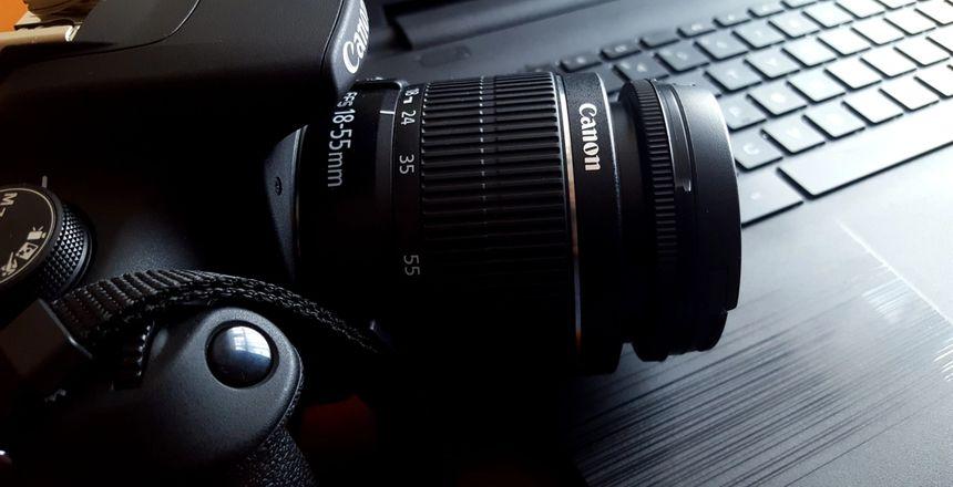 Bilde av er kamera som ligger på en åpnet laptop