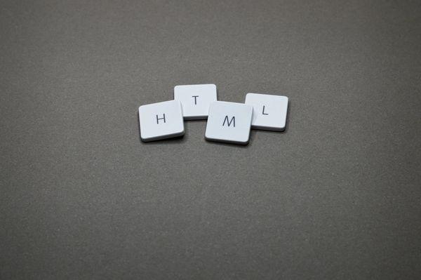 Bilde av brikker som danner ordet HTML