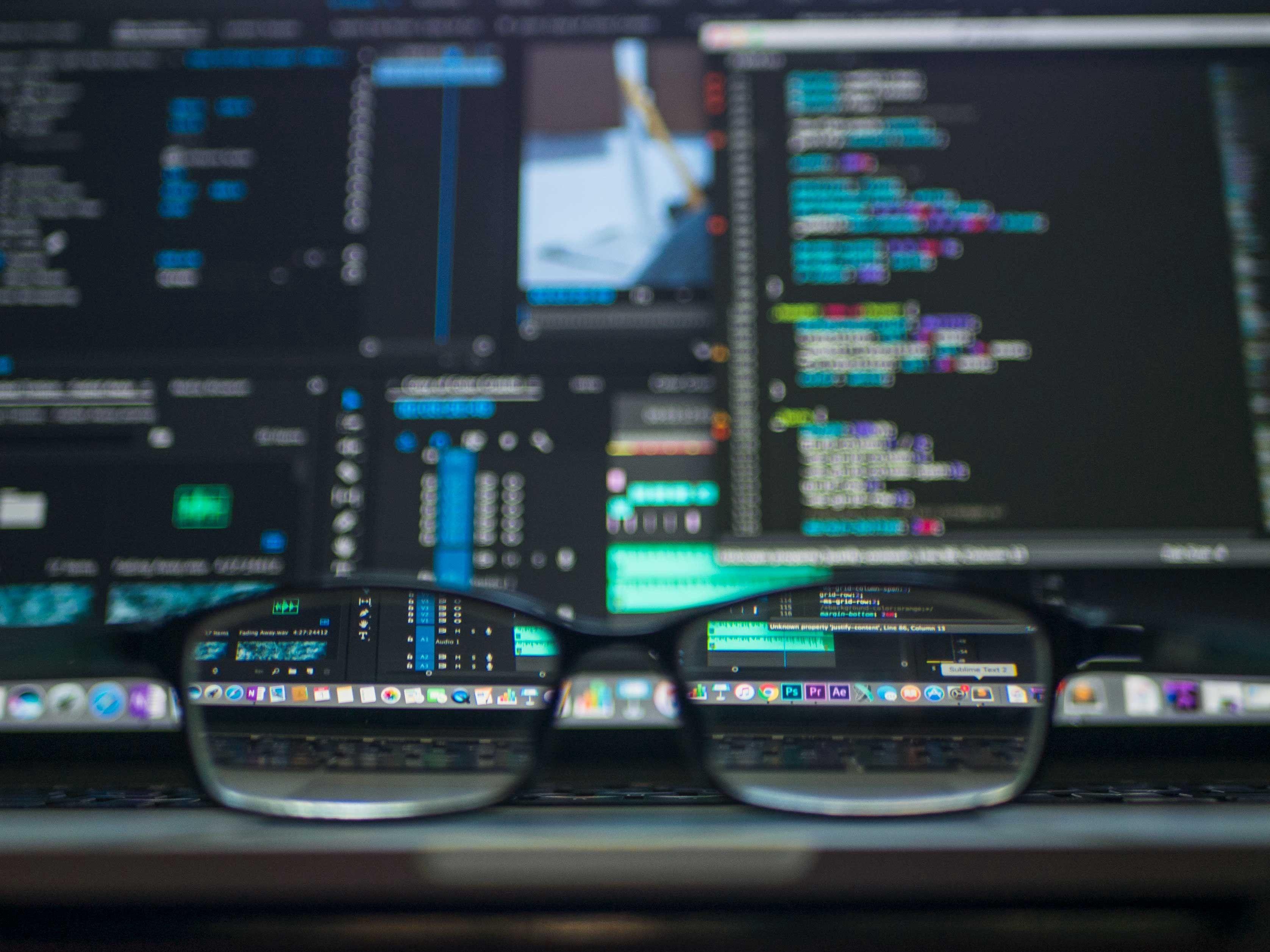 Bilde av et par briller foran en dataskjerm