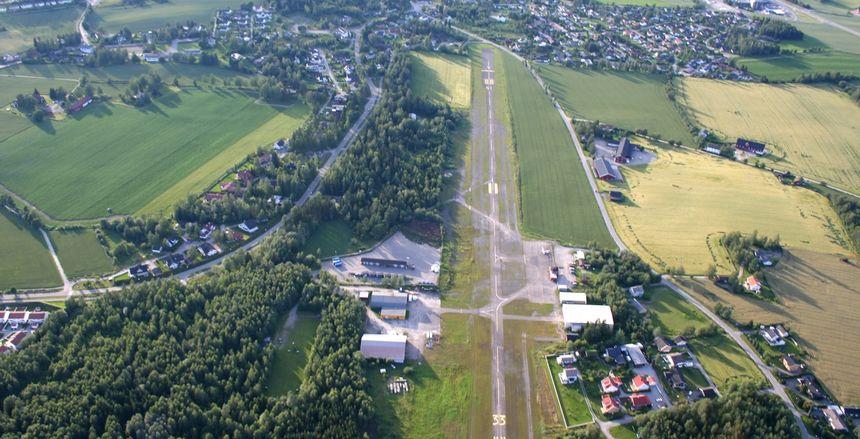 Hamar flyplass fra luften. Av Bluskies — Eget verk, CC BY-SA 3.0, https://commons.wikimedia.org/w/index.php?curid=5046653