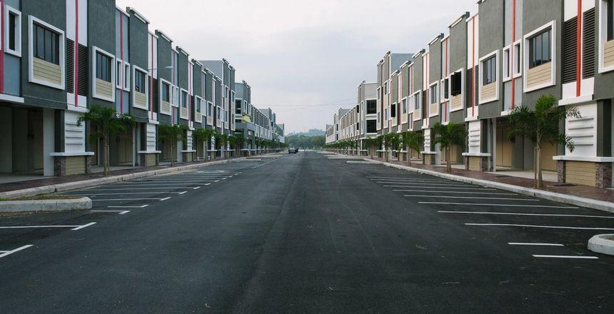 Asfaltert plass mellom boligblokker