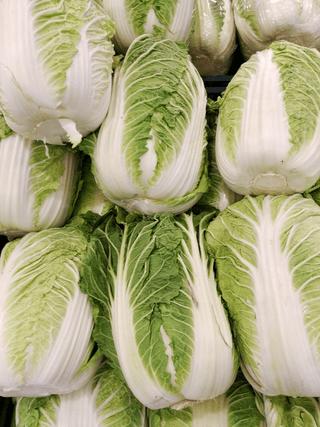 Kinakål på salg i et supermarked