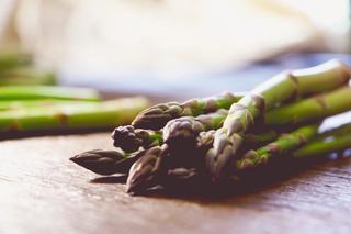 Nærbilde av en bunt med grønn og lilla asparges