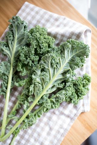Svartkål eller grønnkål på rutete kjøkkenhåndkle