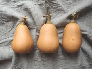 Tre oransje flaskegresskar