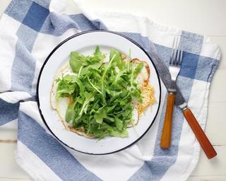 Salat av ruccola på kjøkkenhåndkle