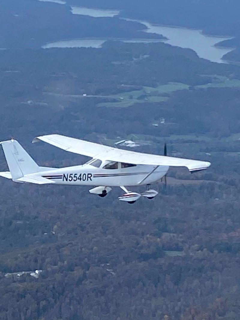 Cessna Skyhawk N5540R flying.