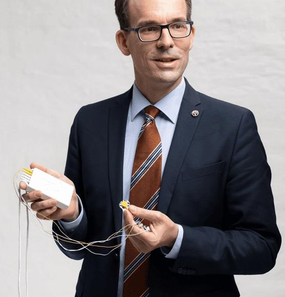 Doktor mit EMG Gerät