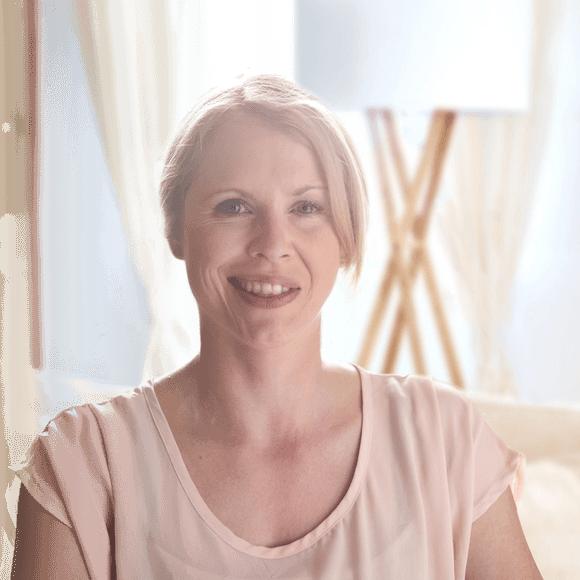 Frau mit Synkinesien lächelt.