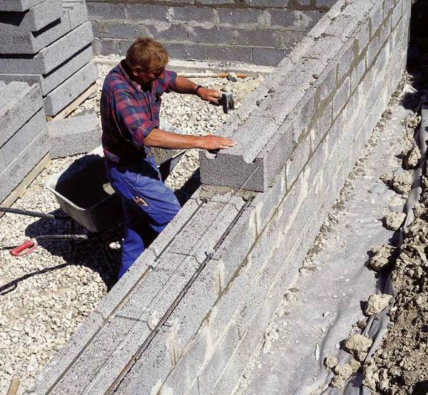 worker laying clinkaBLOK at a construction site