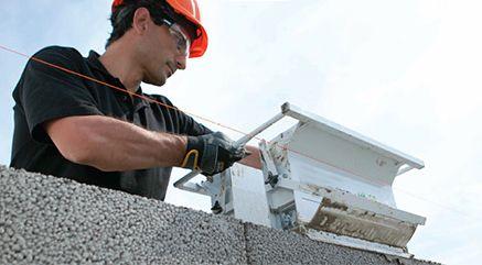 worker laying mortar on clinkaBLOK