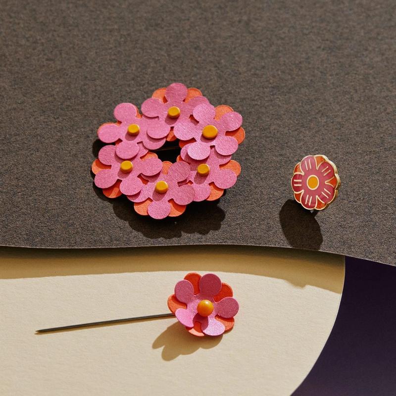 Singelblomma, pin, krans och klistermärke