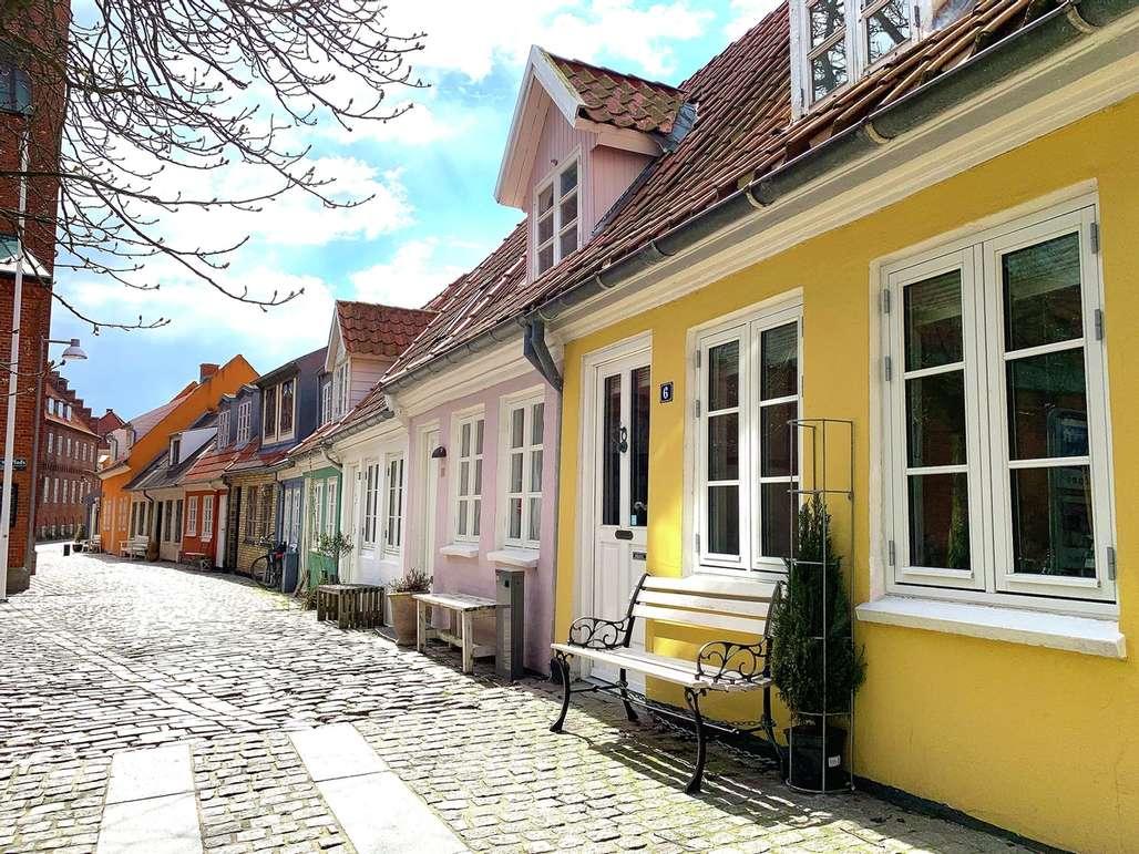 Koselig. Aalborg byr på så mangt. Her fra et typisk gateløp med bindingsverkshus og brostein.