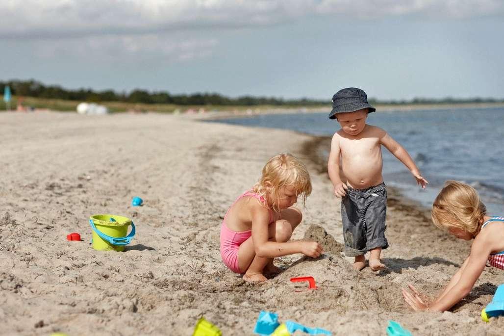 Barn leker på stranden i Danmark