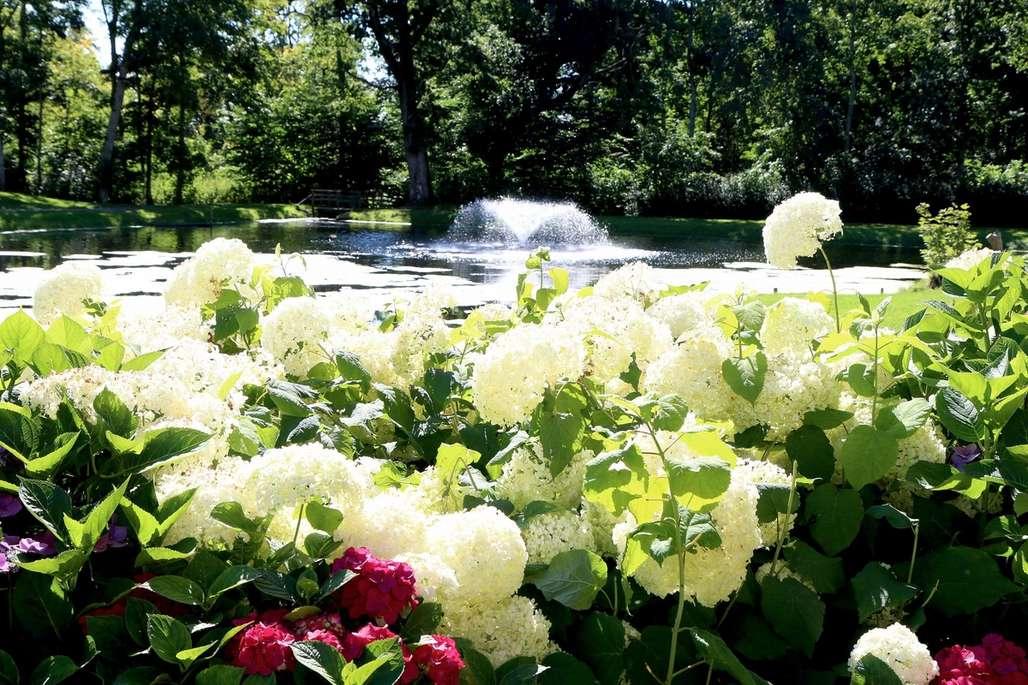 Hagen rundt Voeagaard slott i full blomst. Et vakkert skue.
