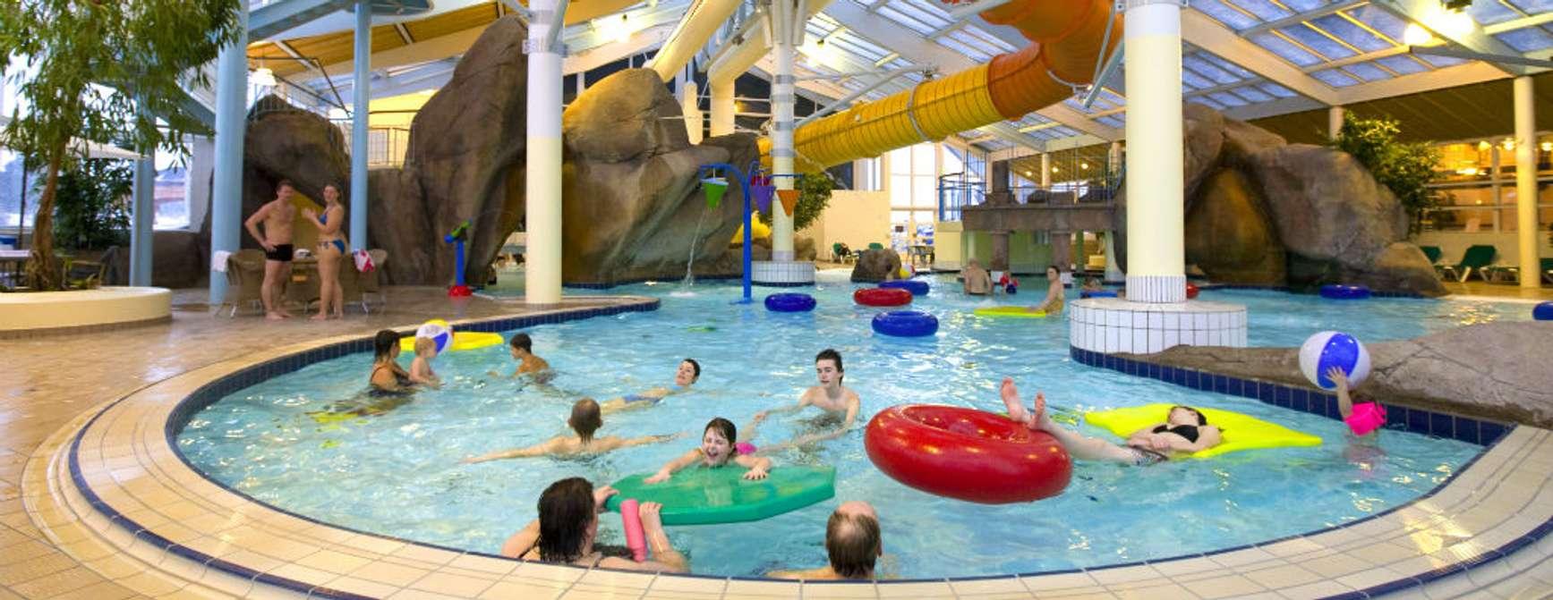 Badebasseng med barn og voksne og masse badeleker på Skallerup Seaside Resort