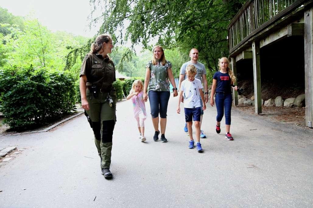 """Kunnskap og service. Alle som overnatter i parken får en egen guide. Disse guidene er gjerne veterinærstudenter og er svært dedikert i arbeidet. Her Anne som """"passer på"""" familien Hetland fra Jæren. Foto: Fjord Line"""