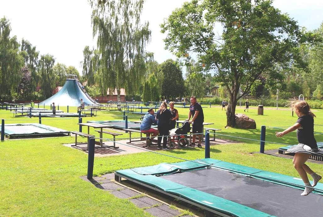 Barn hopper i trampolinepark i Djurs Sommerland