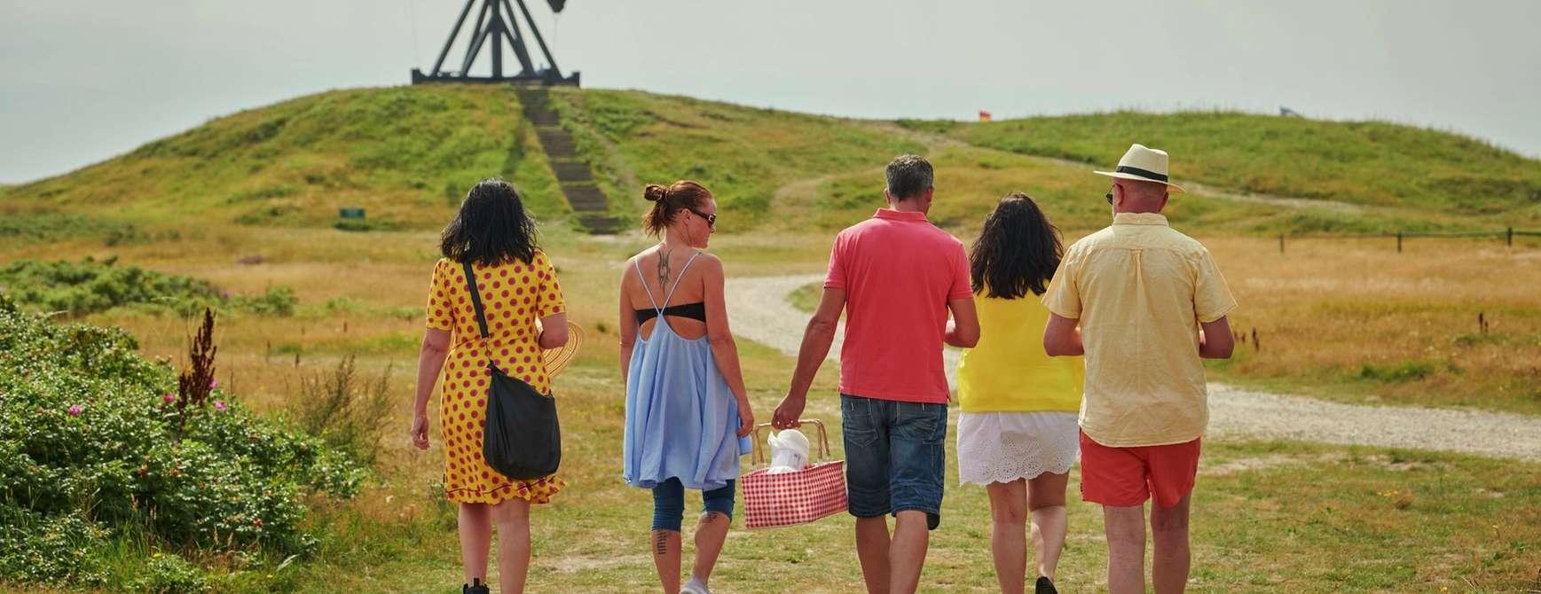 Vennepar nyter en deilig spasertur på vei til piknik i Skagen