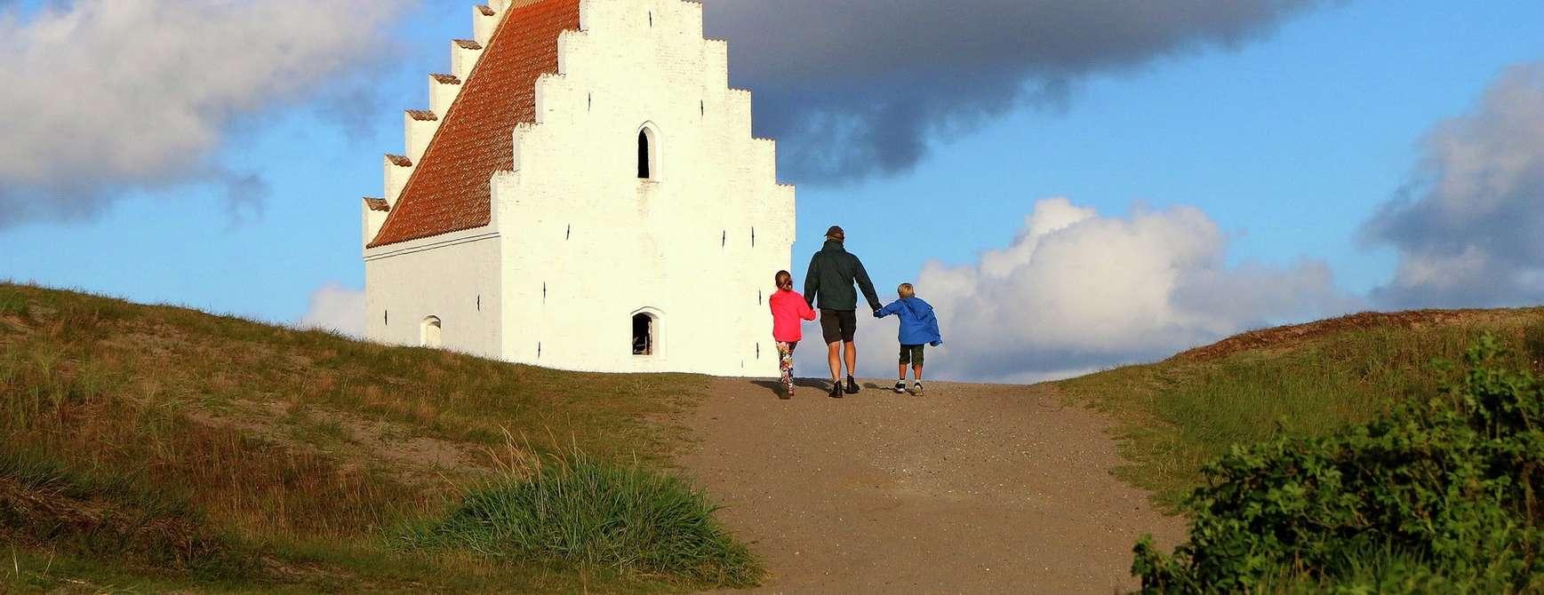 Den tilsandede Sct. Laurentii Kirke ligger syd for Skagen. Foto: Fjord Line