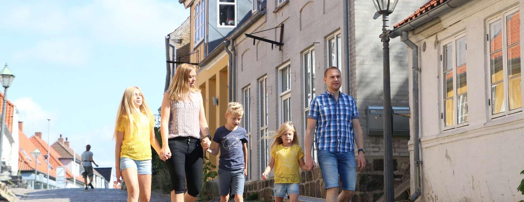 Familien Hetland koser seg i de brolagte eventyrlige gatene i Ebeltoft i Østjylland