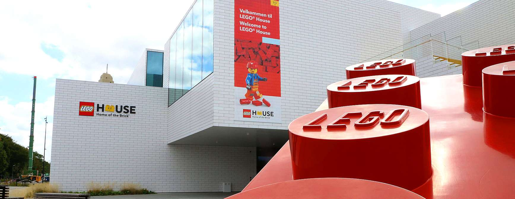 Stort bygg med store Lego-klosser utenfor.